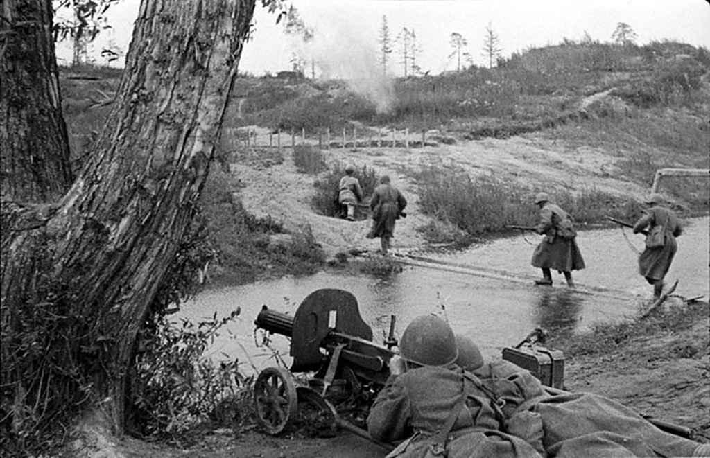 Подразделение сержанта Изьенкова форсирует реку