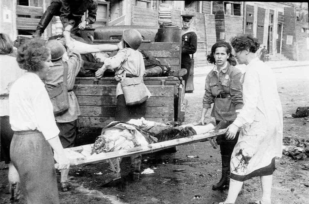 Уборка останков жертв немецкого артобстрела в Ленинграде