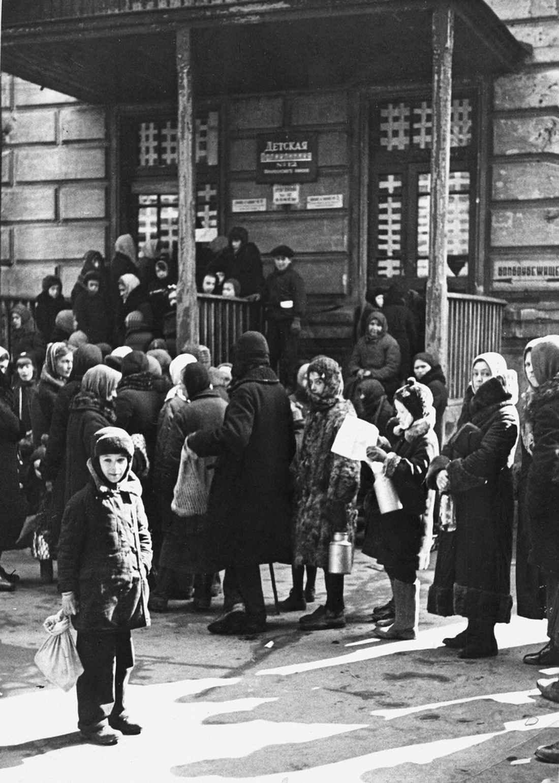 Очередь в детскую поликлинику № 12 в блокадном Ленинграде