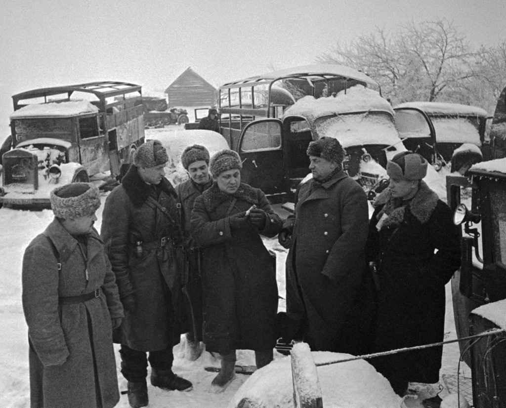Осмотр захваченной советскими войсками техники противника