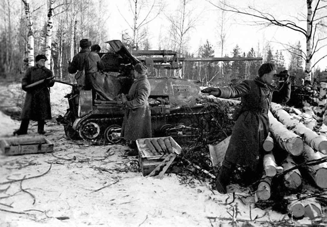 Артиллеристы ведут огонь по немецким танкам на подступах к Москве