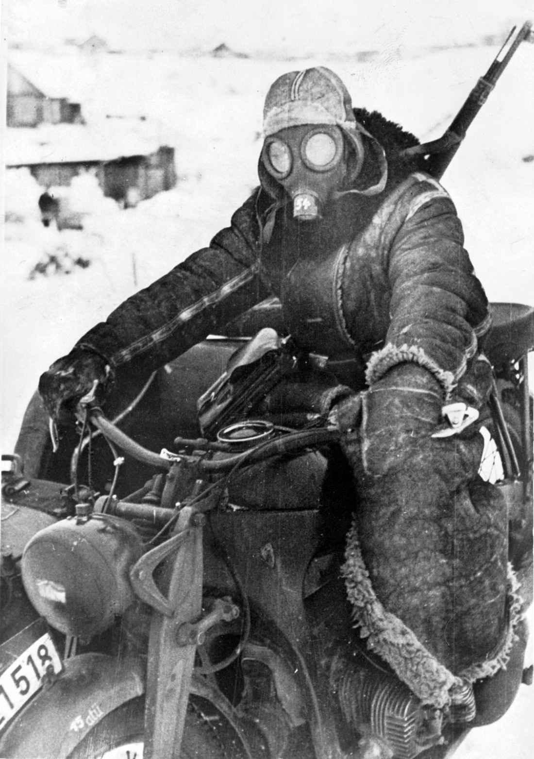 Немецкий мотоциклист в противогазе