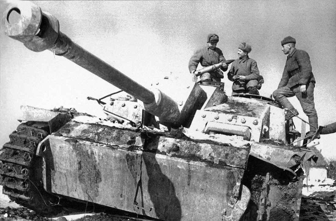 Солдаты рассматривают снаряд захваченной немецкой САУ