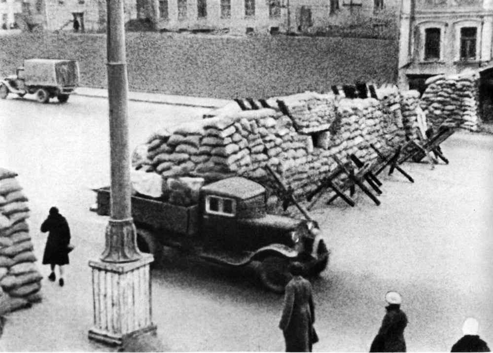 Баррикады на одной из улиц Москвы