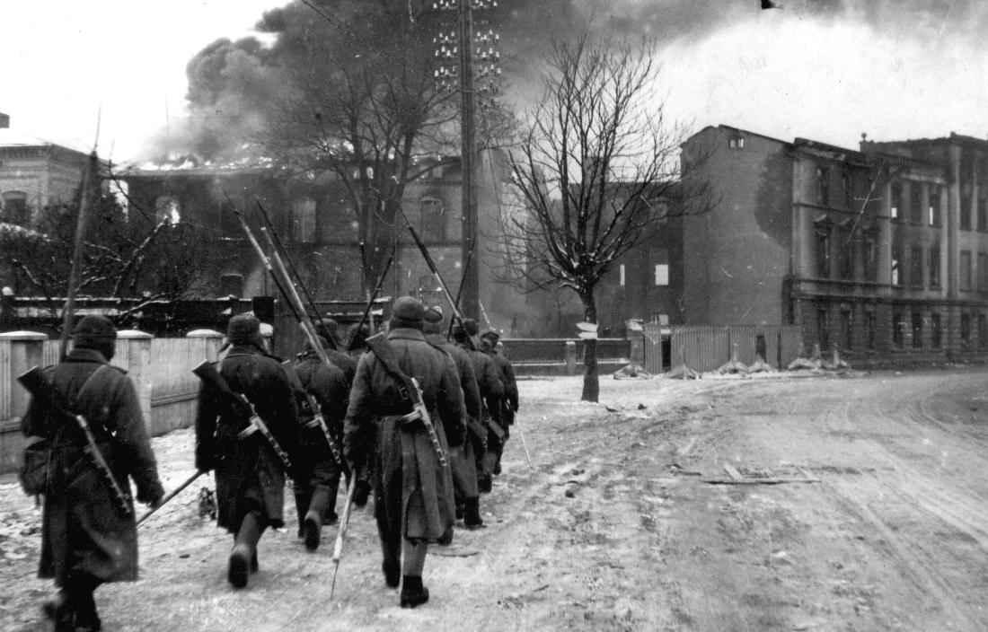 Советские солдаты на улице Инстербурга
