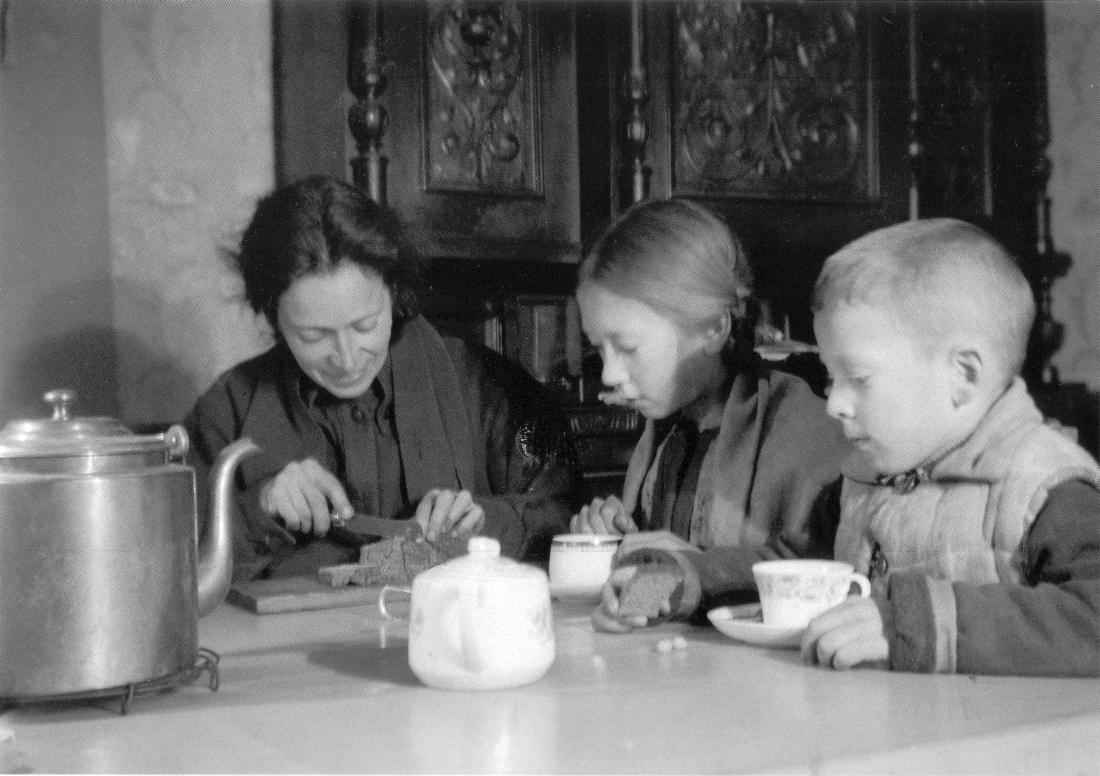 Ленинградская семья делит блокадный паек