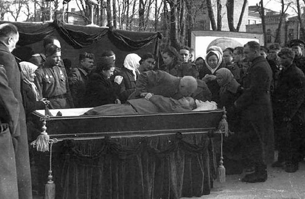 Н.С. Хрущев прощается с Н.Ф. Ватутиным