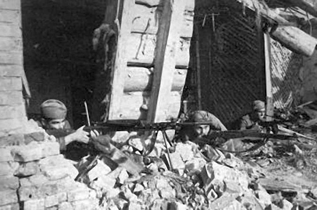 Пулемётчики ст. сержанта Мигунова ведут бой в Севске