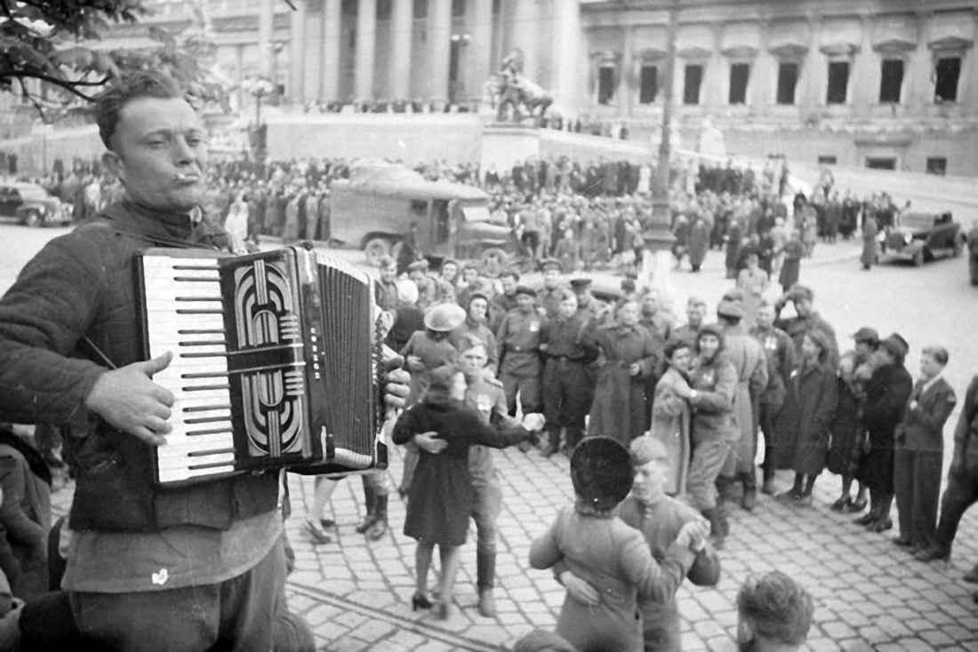 Народное гуляние по случаю освобождения г.Вены советскими войсками