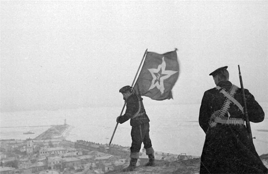 Советские морские пехотинцы устанавливают корабельный гюйс на самой высокой точке Керчи
