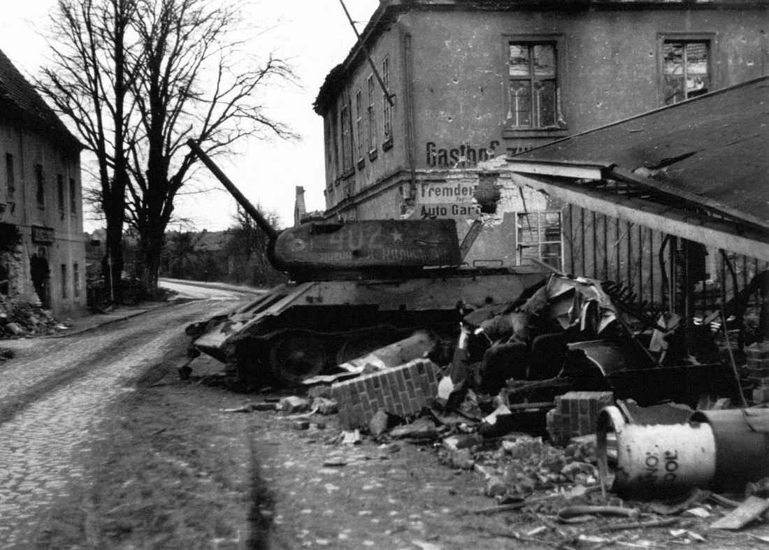 Подбитый советский танк в Лаубане