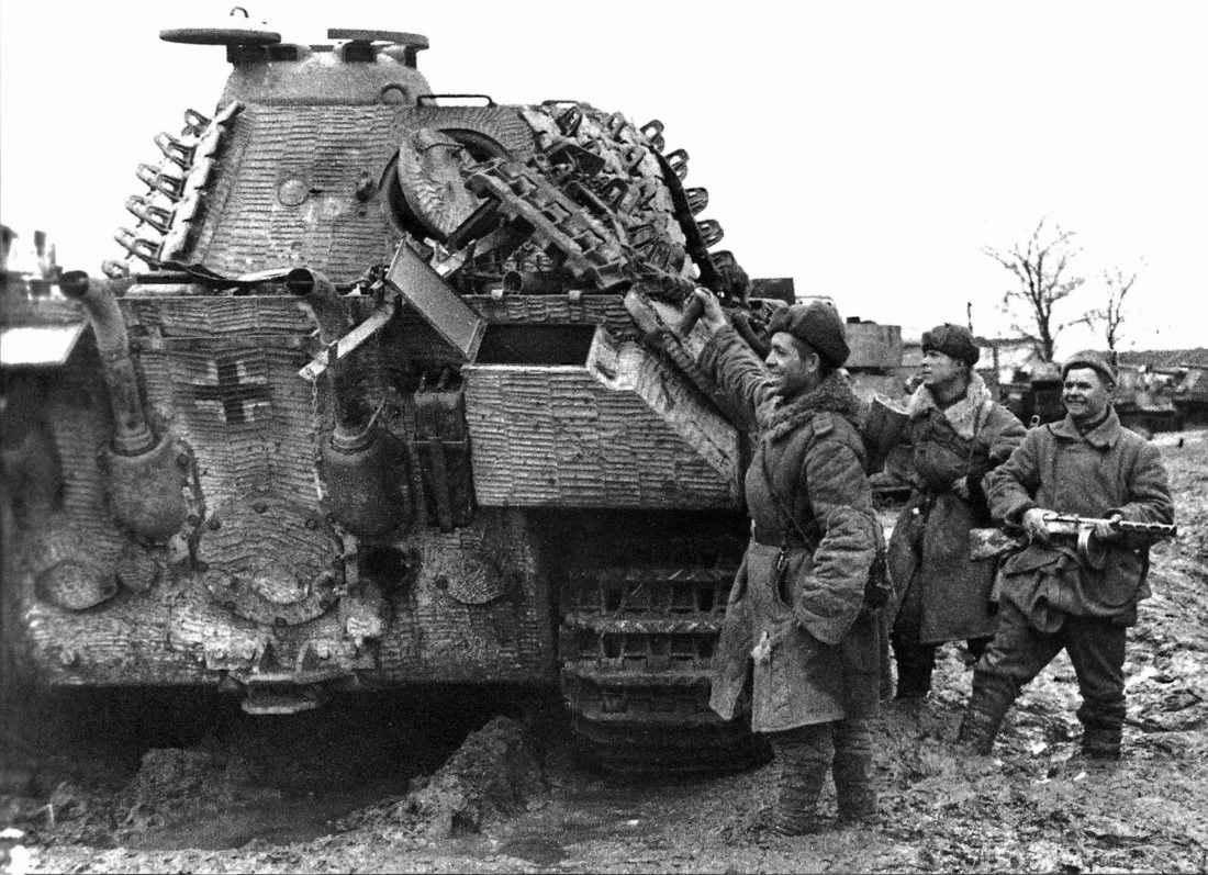 Советские солдаты осматривают захваченную «Пантеру»