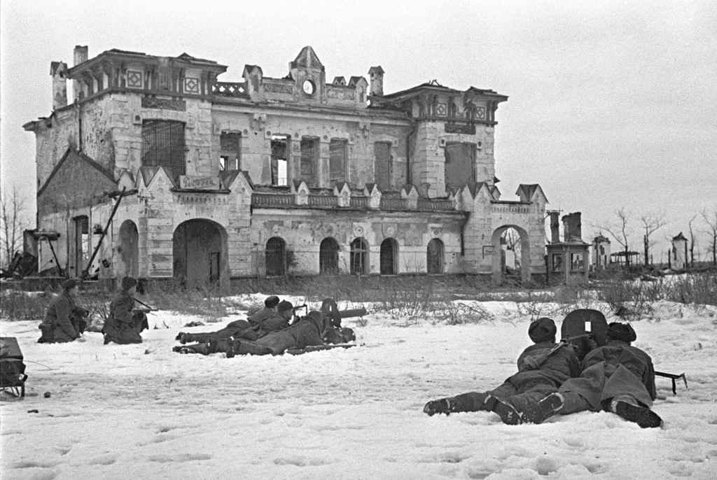 Советские солдаты ведут бой в городе Пушкине