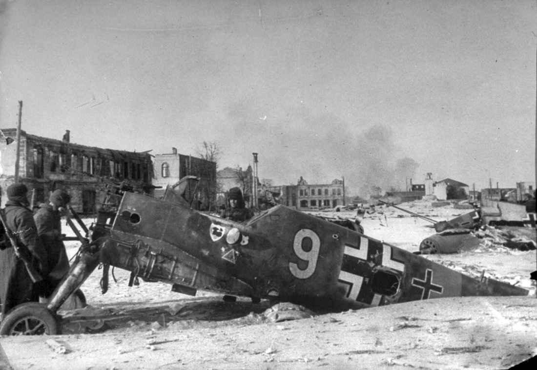 Советские солдаты у разбитого немецкого самолета