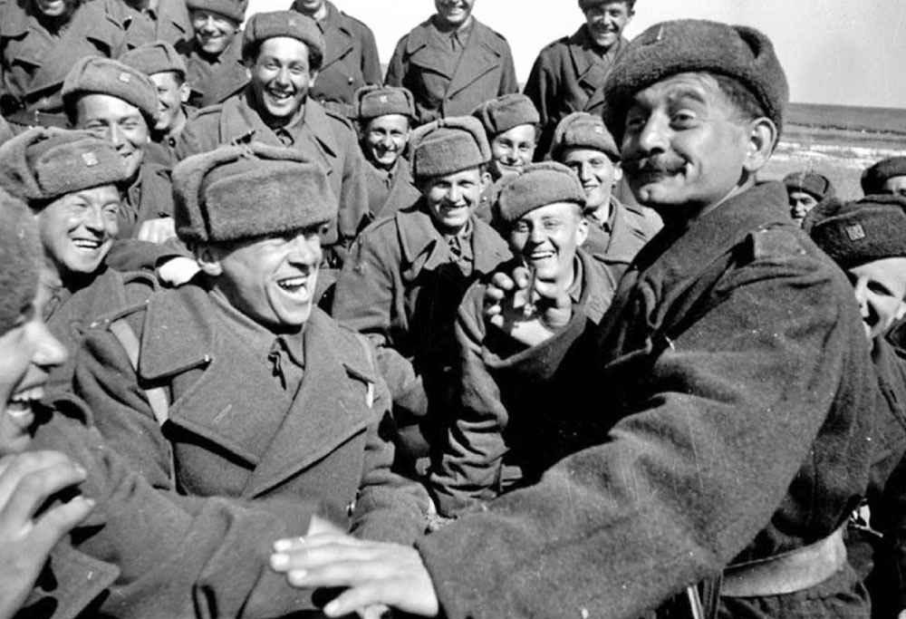 Воины Чехословацких вооруженных сил во время отдыха