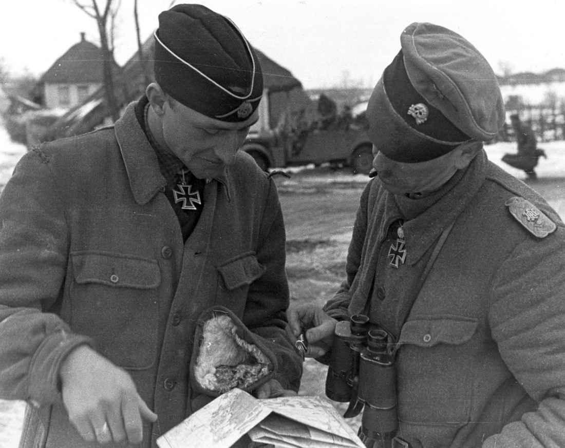 Немецкие офицеры над картой боевых действий