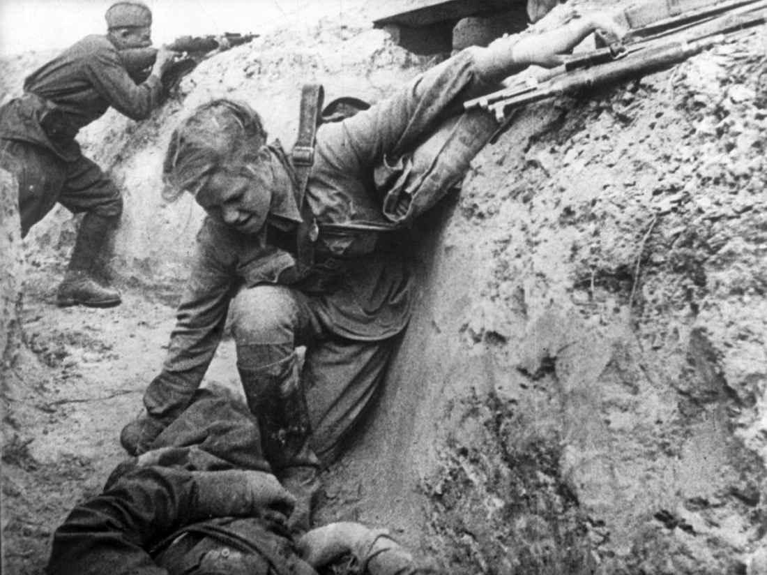 Санструктор оказывает помощь раненому в бою