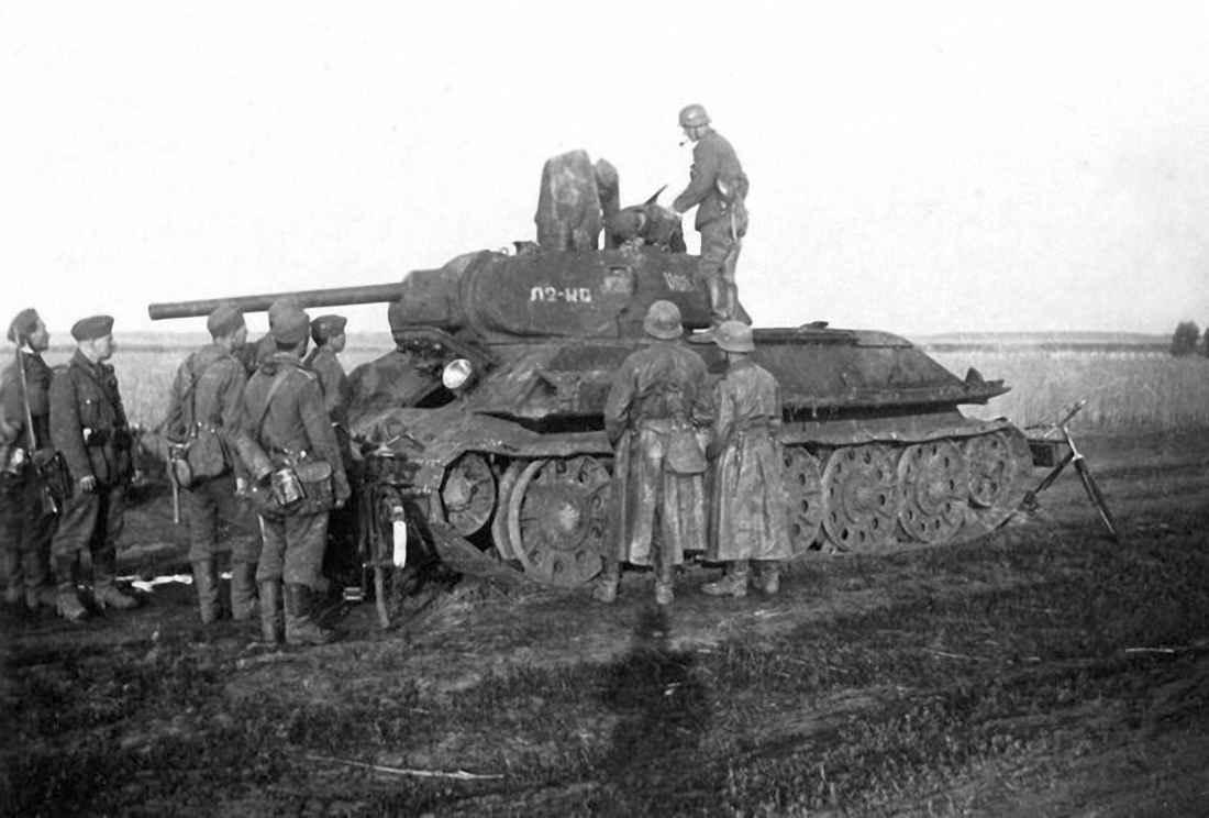 Немцы осматривают захваченный под Харьковом танк Т-34