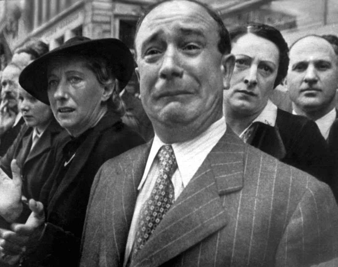 Парижане смотрят на вступающие в Париж немецкие войска