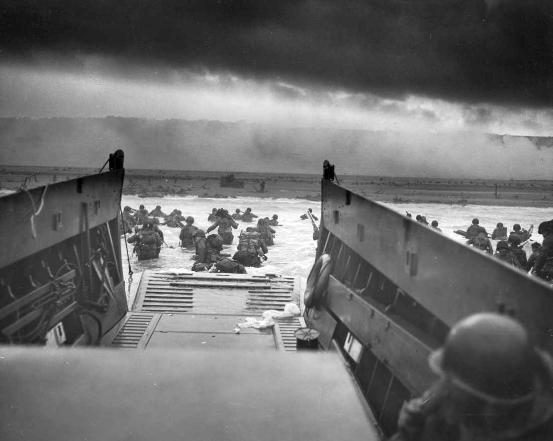Высадка войск союзников с десантных катеров на пляже «Омаха»