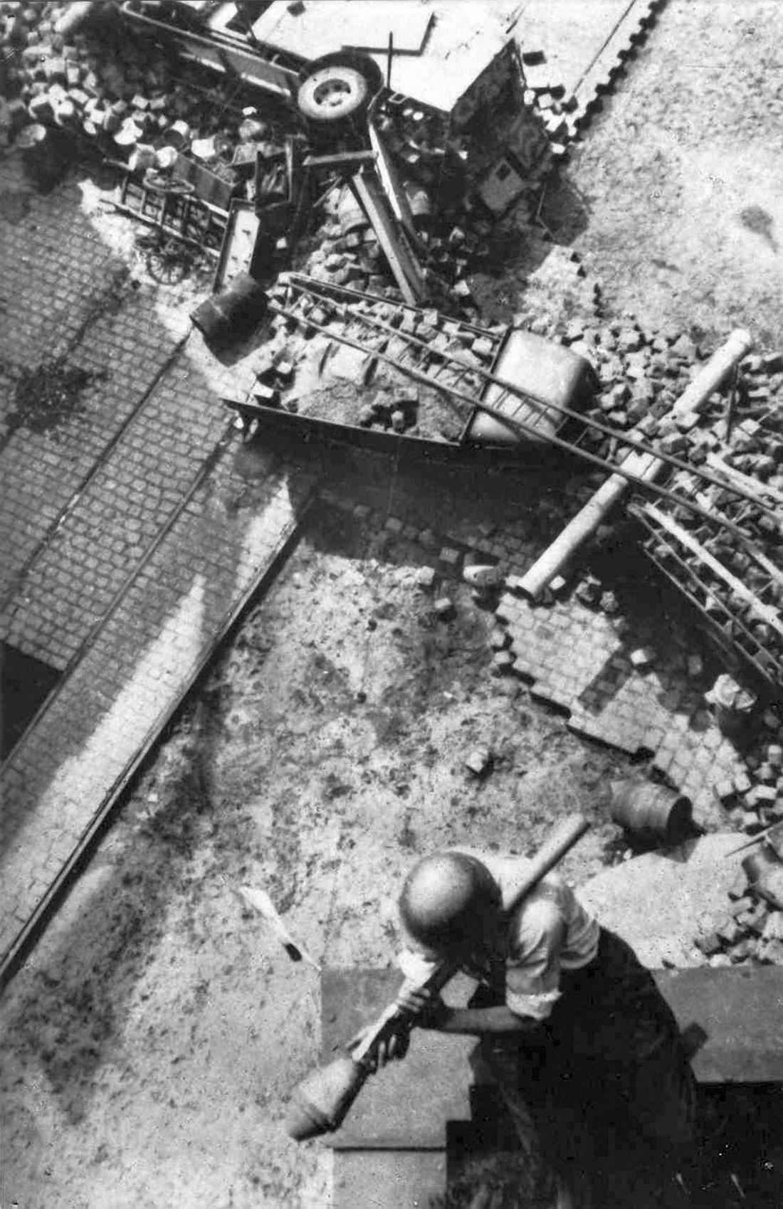Повстанец с фаустпатроном на огневой позиции в Праге