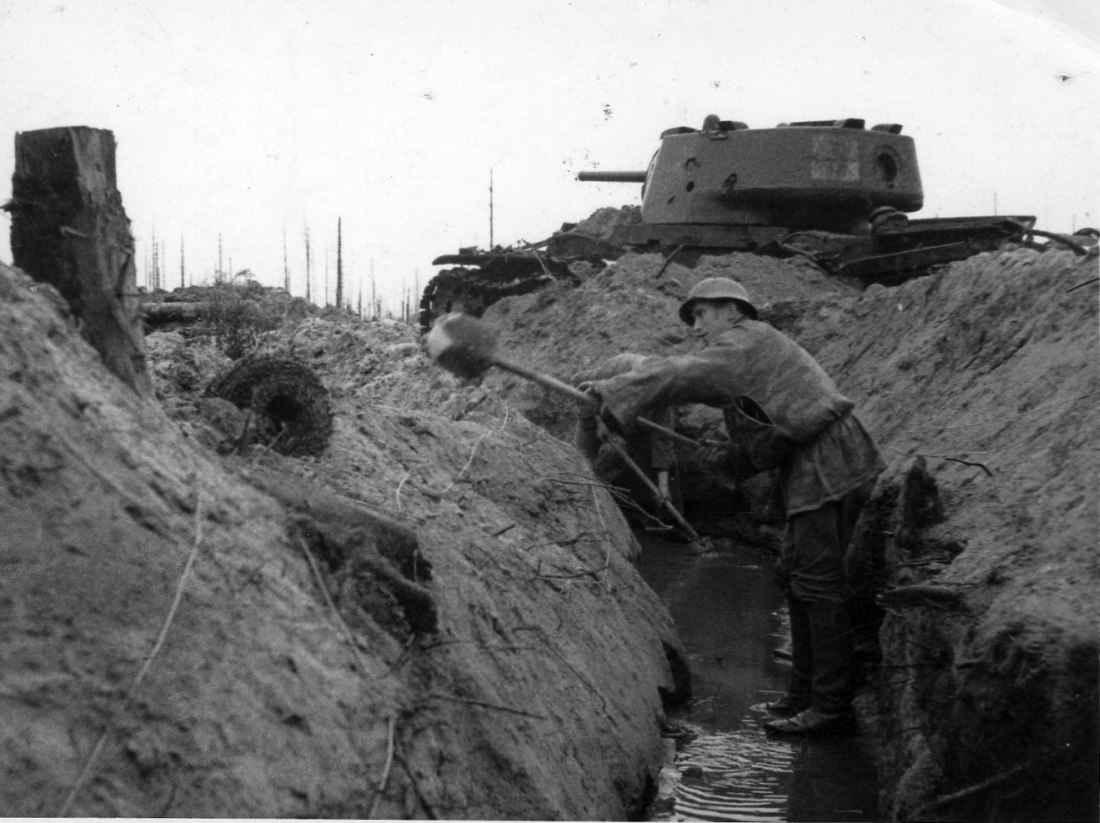 Немецкие солдаты роют траншею