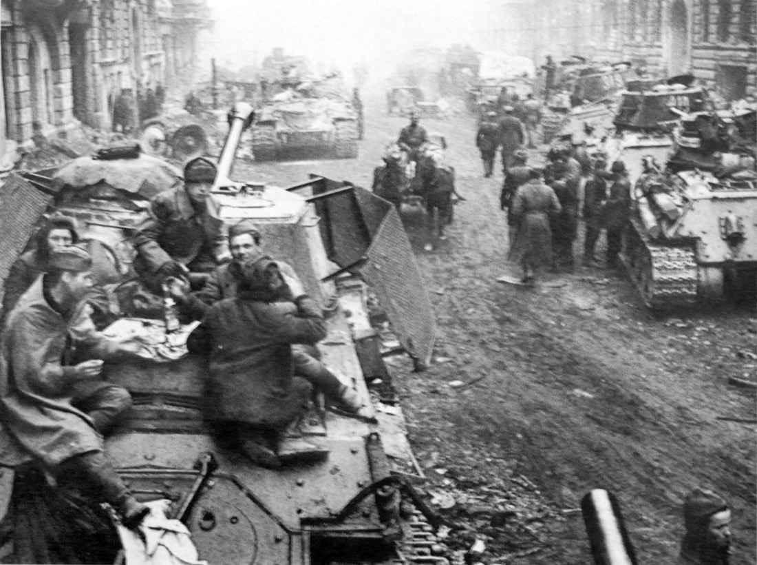 Советские танки на улице Берлина