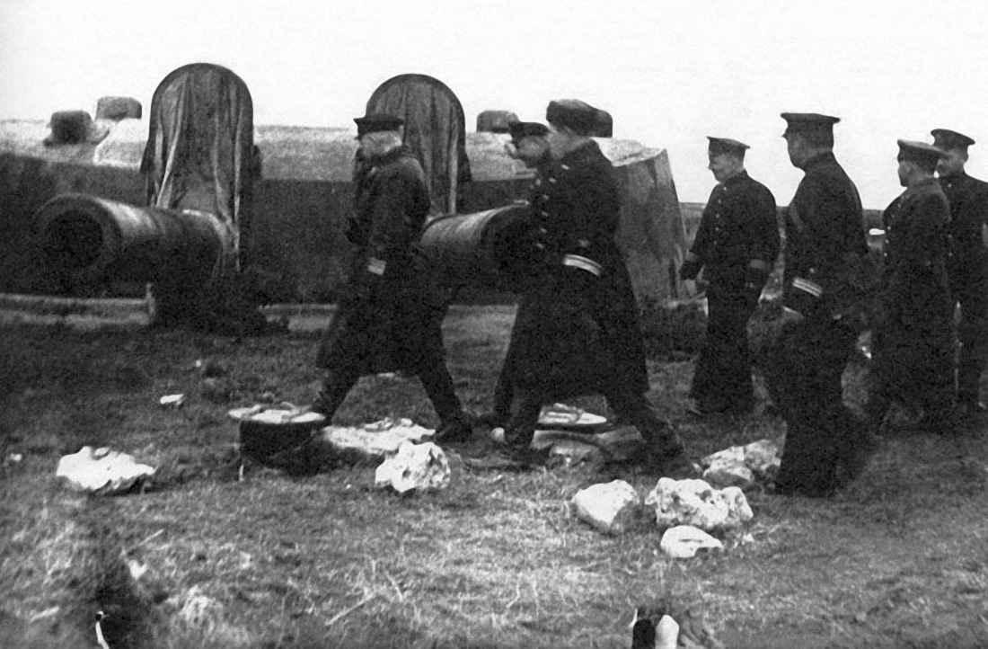 Посещение севастопольской батареи №35 командованием