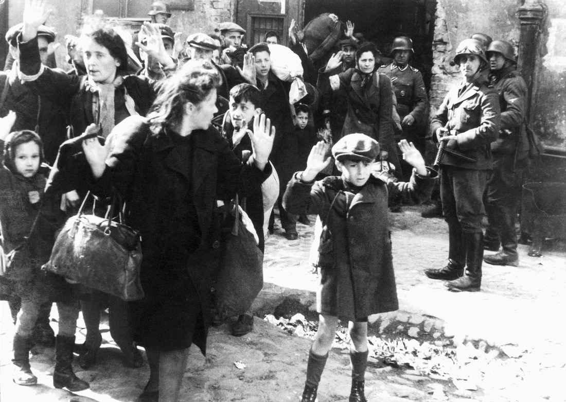 Колонна пленных евреев в варшавском гетто под охраной СС