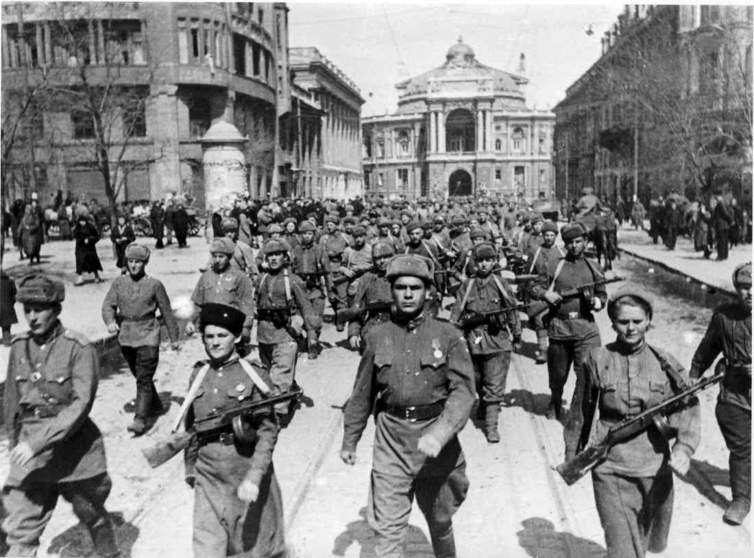 Красная Армия входит в освобожденную Одессу