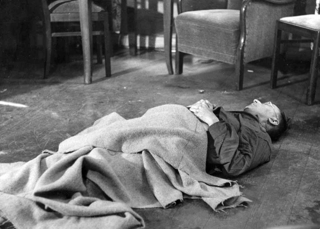 Труп Генриха Гиммлера после самоубийства