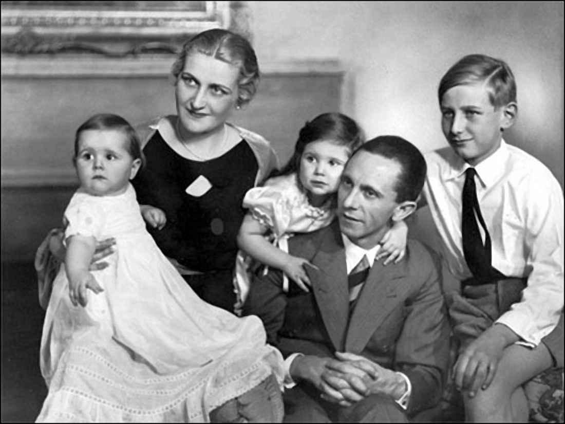 Геббельс с женой Магдой и детьми