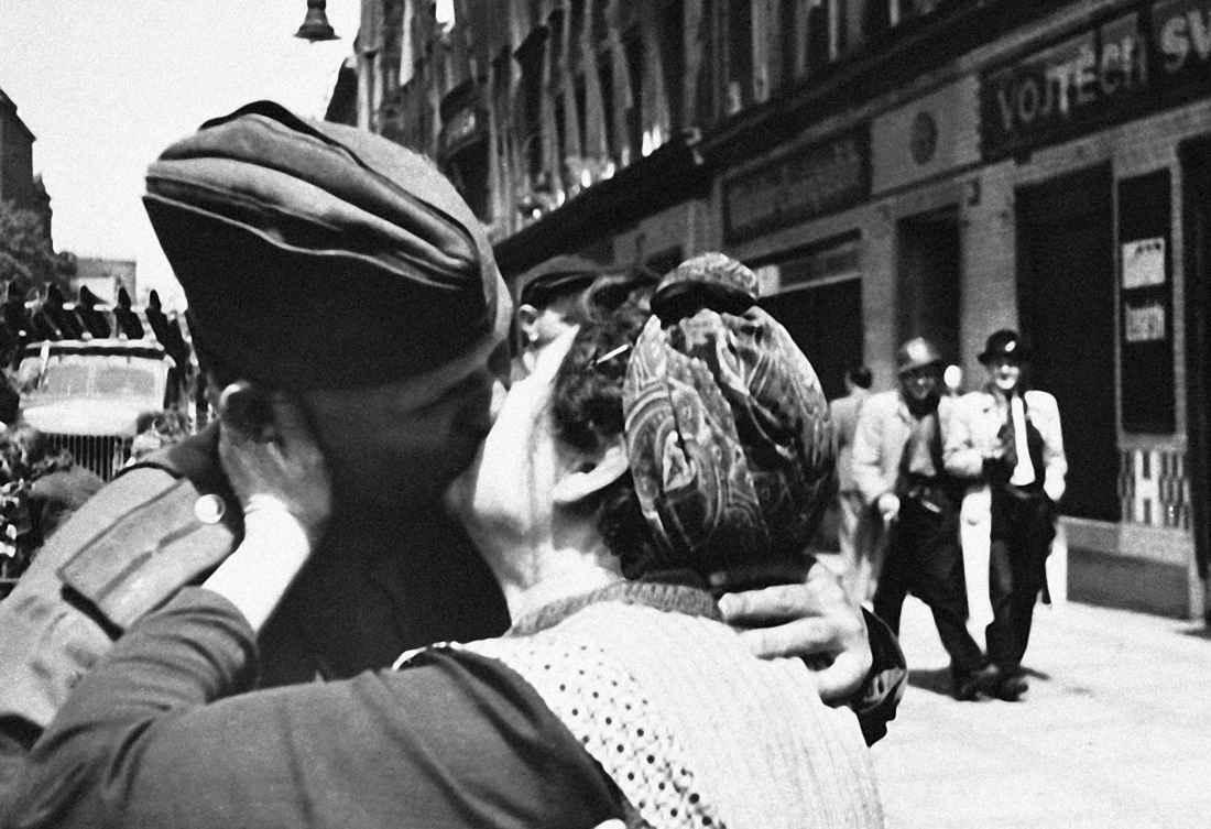 Чешская женщина целует советского солдата-освободителя
