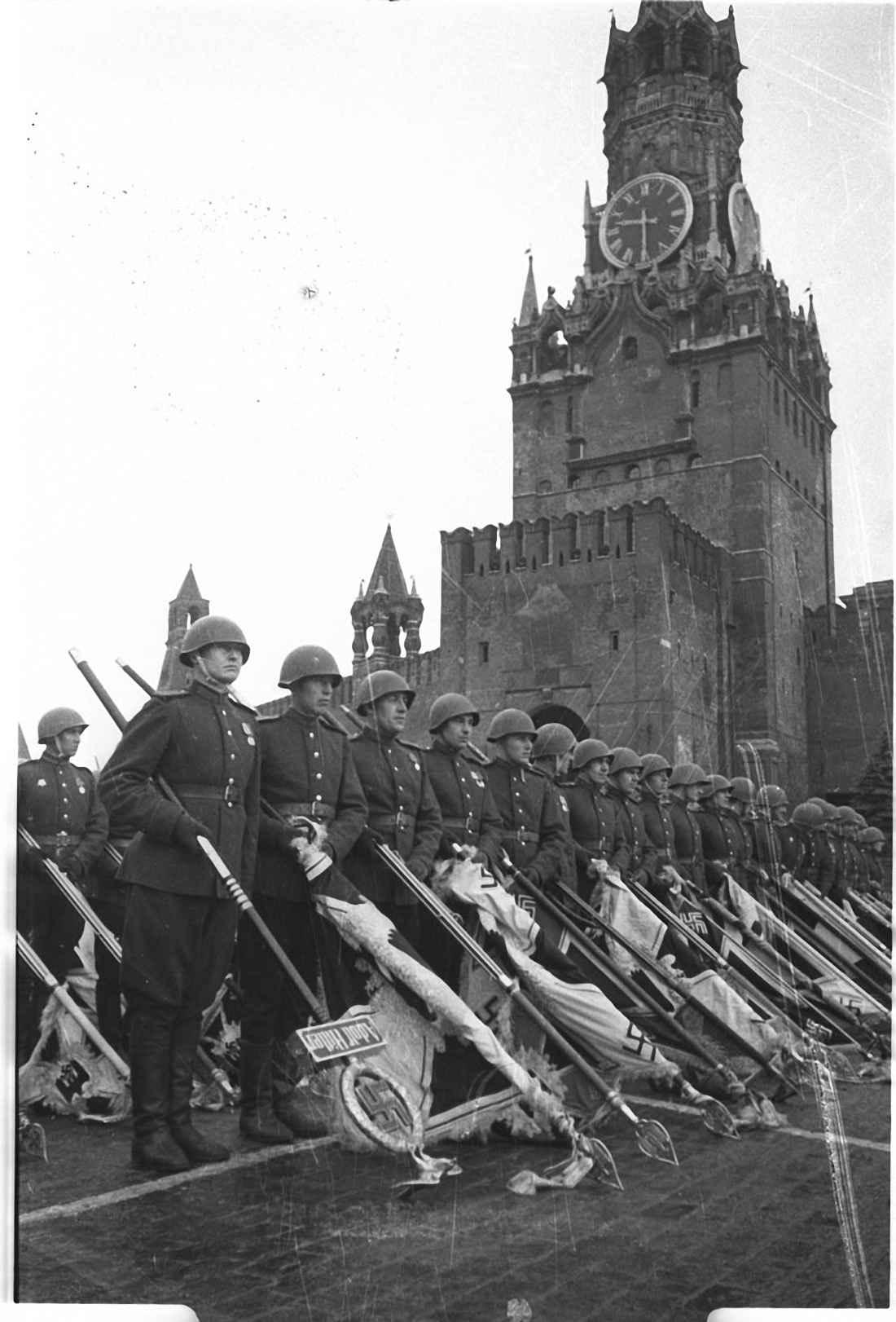 Парад Победы. Поверженные штандарты гитлеровских войск