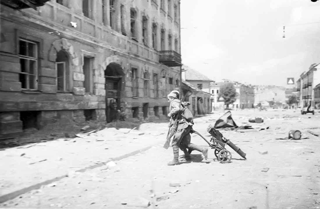 Расчет пулемета «Максим» пересекает улицу в Вильнюсе