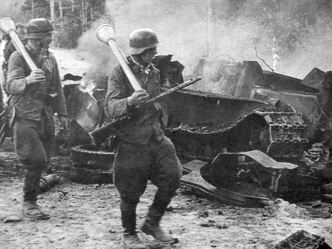 Финны около разбитого танка Т-34