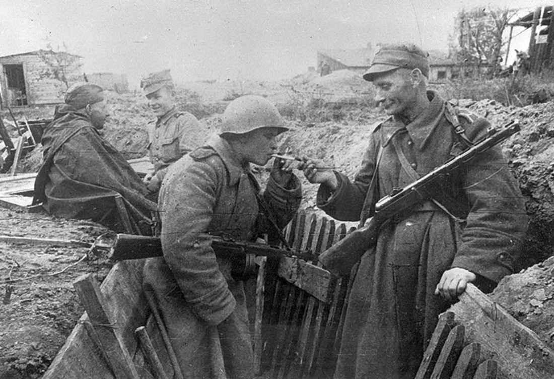 Советские и польские солдаты во время перекура в минуты затишья