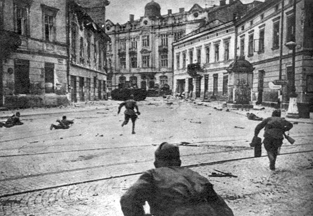 Советские солдаты ведут бои на улицах Львова