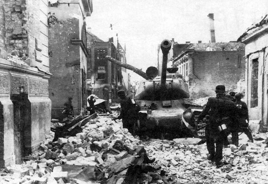 Немецкие солдаты у подбитого советский танка ИС-2
