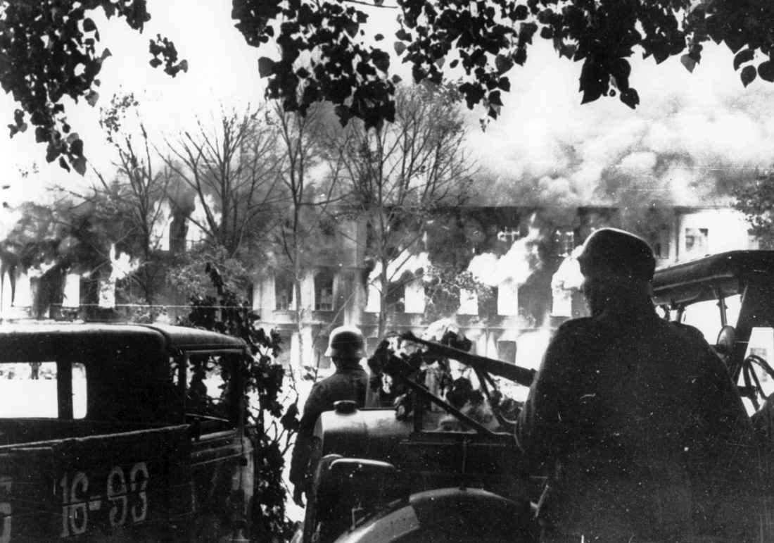 Немцы перед горящим зданием в Смоленске во время уличных боев