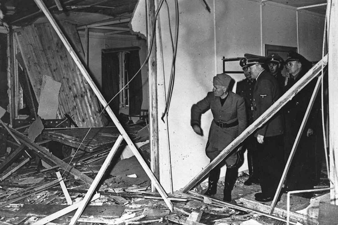 Муссолини осматривает последствия взрыва при покушении на Гитлера