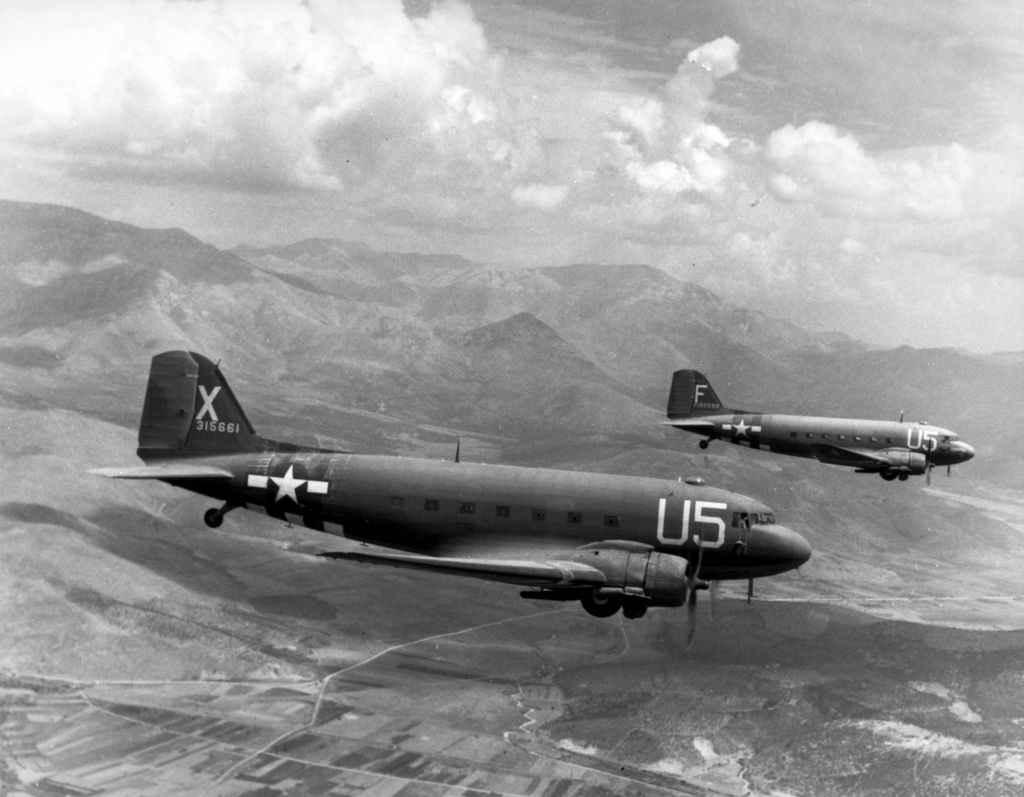 Два самолета ВВС США в полете к месту высадки десанта во Франции