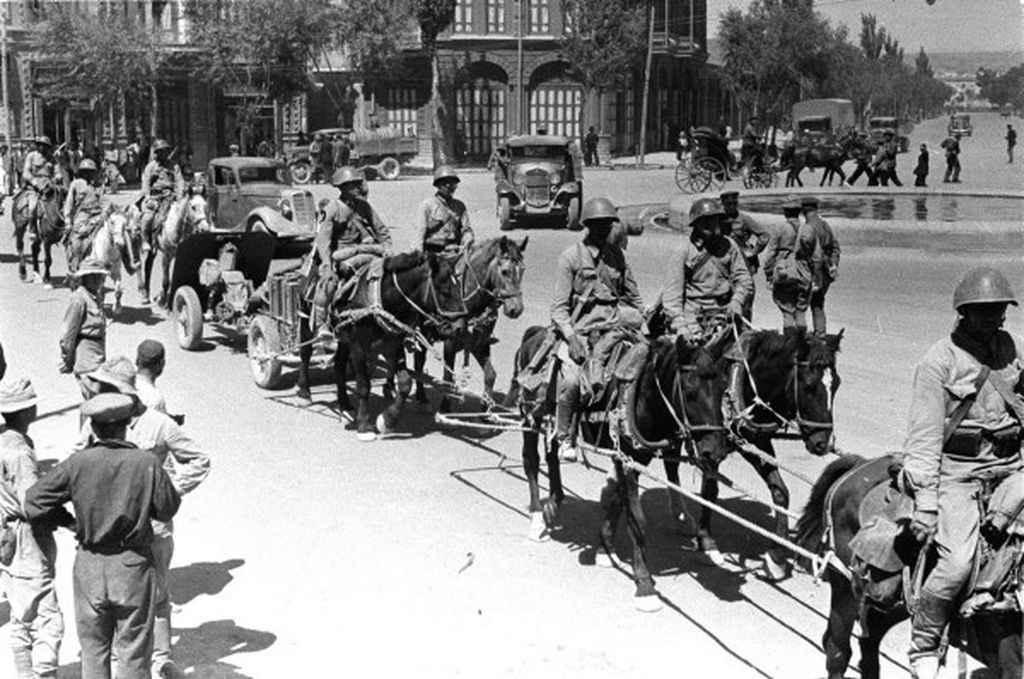 Советские войска на улице иранского города