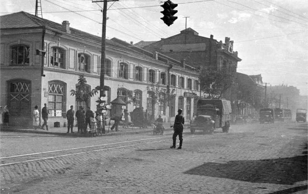 Немецкий солдат-регулировщик на улице в оккупированного Кировограда