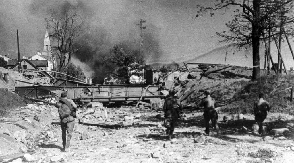 Советская пехота ведет бой в городе Тарту