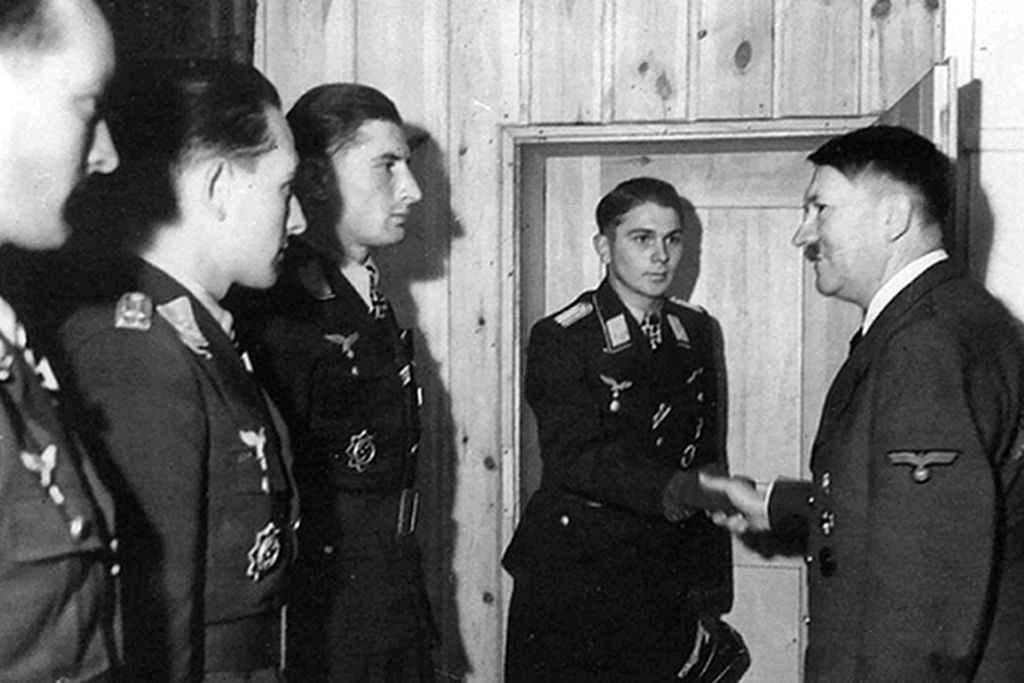 Гитлер награждает Железными крестами в своей ставке под Винницей
