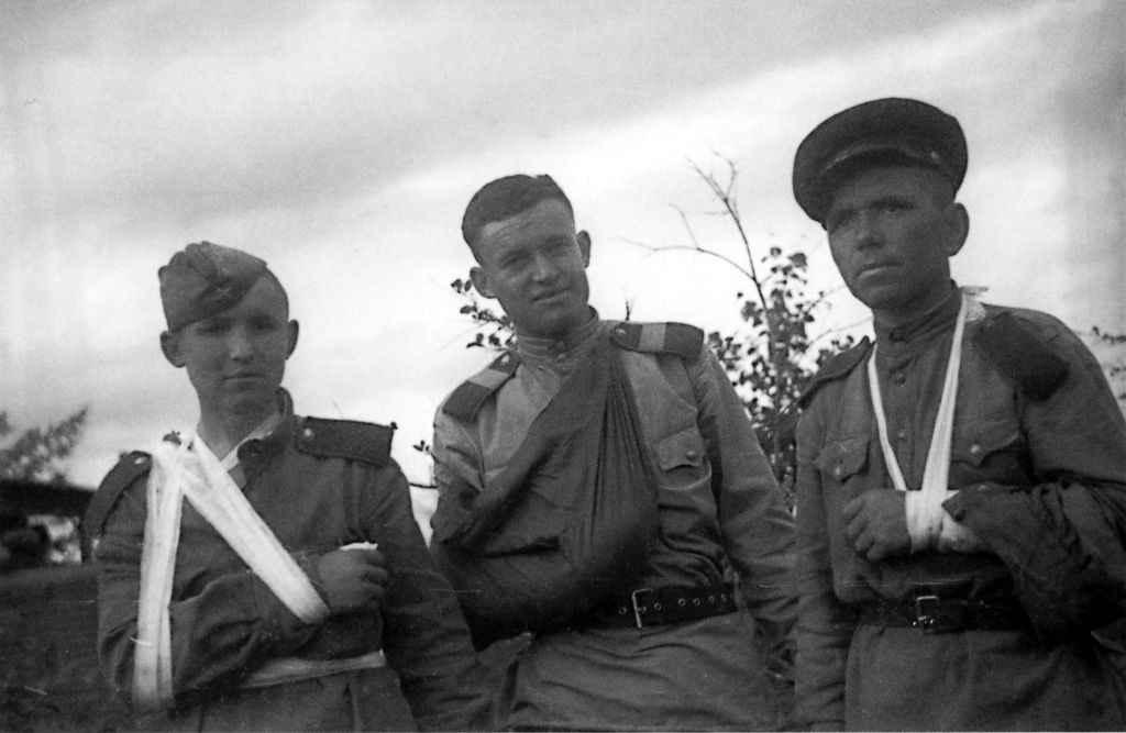 Раненые бойцы во время боев на Сахалине