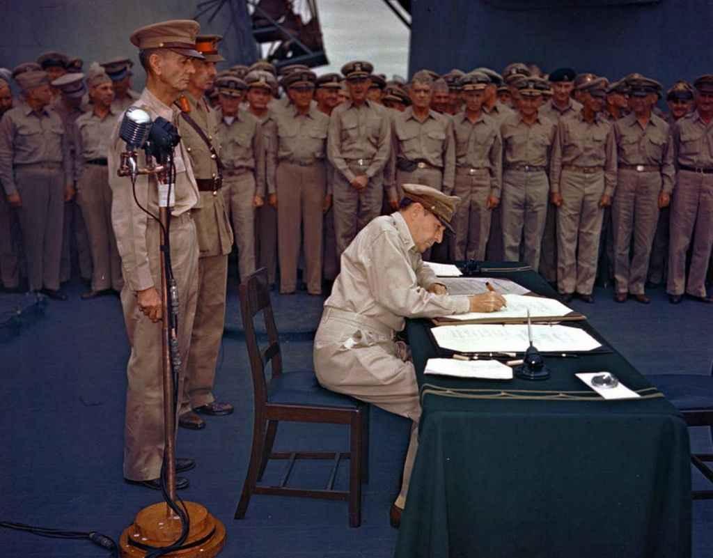 Генерал США подписывает акт о капитуляции Японии