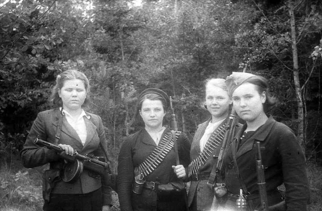 Девушки — бойцы белорусского партизанского отряда