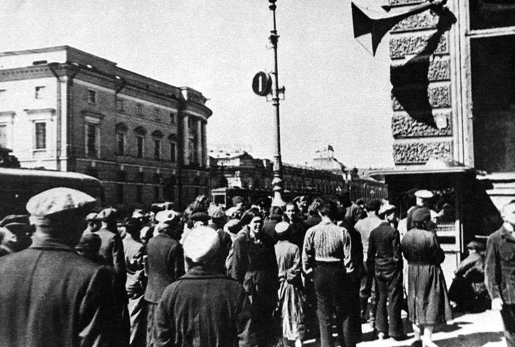 Ленинградцы слушают сообщение о начале войны с Германией